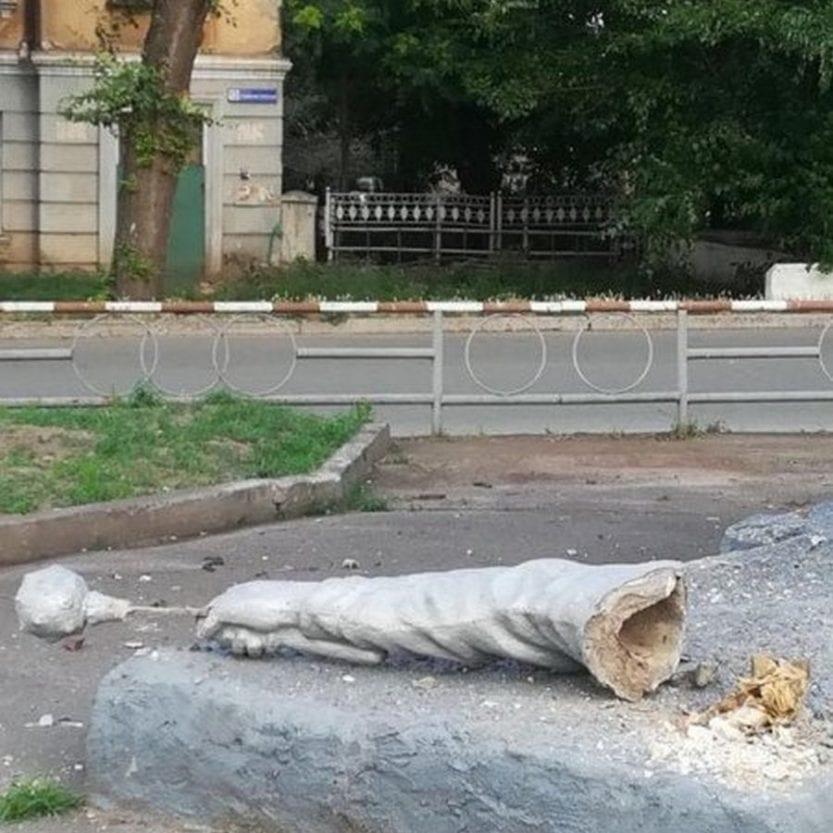 В родном городе Зеленского у памятника Богдану Хмельницкому отвалилась рука с булавой. Новости Днепра