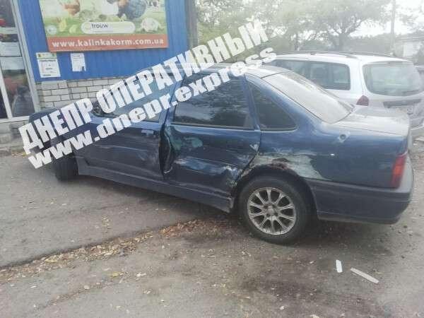 Протаранил два автомобиля: в Днепре водитель ВАЗ устроил ДТП и скрылся с места аварии (Фото)
